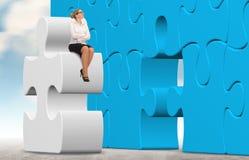 Бизнес-леди строя головоломку на предпосылке неба Стоковое Фото
