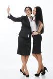 Бизнес-леди счастливая принимающ selfie на белой предпосылке Стоковое Изображение RF