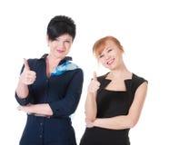 2 бизнес-леди с большим пальцем руки вверх Стоковая Фотография