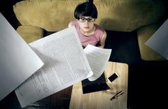 Бизнес-леди с бумагами летания стоковое фото rf