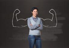 Бизнес-леди с вычерченными мощными руками стоковые фотографии rf