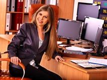 Бизнес-леди с запасом несколько мониторов в офисе Стоковые Фотографии RF
