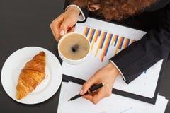 Бизнес-леди с диаграммой в виде вертикальных полос стоковые фотографии rf