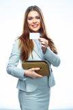 Бизнес-леди с кредитной карточкой и портмонем Усмехаясь модельная белизна Стоковое Фото