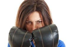 Бизнес-леди с перчатками бокса внутри над белизной Стоковое фото RF