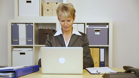 Бизнес-леди с прогаром в офисе сток-видео