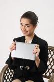 Бизнес-леди с таблеткой в руках Стоковое фото RF