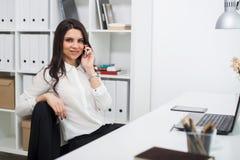 Бизнес-леди с тетрадью в офисе, рабочем месте Стоковые Изображения