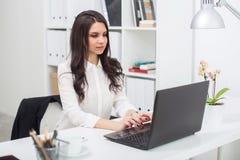 Бизнес-леди с тетрадью в офисе, рабочем месте Стоковые Изображения RF