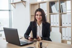 Бизнес-леди с тетрадью в офисе, рабочем месте Стоковое фото RF