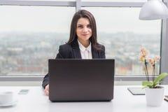 Бизнес-леди с тетрадью в офисе, рабочем месте Стоковая Фотография RF