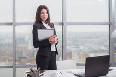 Бизнес-леди с тетрадью окно в офисе Стоковые Изображения RF