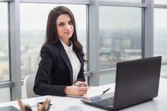 Бизнес-леди с тетрадью, офисом, рабочим местом Стоковое Фото