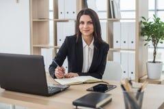 Бизнес-леди с тетрадью, офисом, рабочим местом Стоковое фото RF