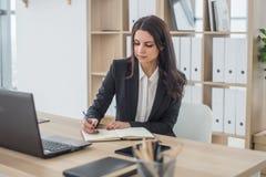 Бизнес-леди с тетрадью, офисом, рабочим местом Стоковая Фотография