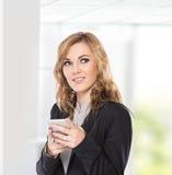 Бизнес-леди думая пока связист пользы, пишет посылает messa стоковое изображение