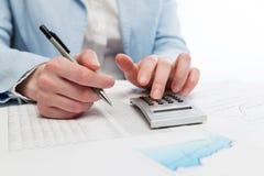 Бизнес-леди финансового учета используя калькулятор Стоковые Фото