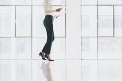 Бизнес-леди фото крупного плана нося современный костюм Офис просторной квартиры открытого пространства Держать руки бумаг Проана Стоковое Фото