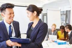 2 бизнес-консультанта с командой Стоковое Изображение