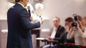Бизнес-конференция в зале Человек говоря на этапе и давая лекцию аудитории сток-видео