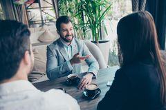 Бизнес-ланч на ресторане 3 партнера обсуждают Стоковая Фотография RF