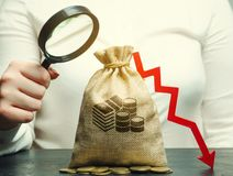 Бизнес-леди анализирует бюджет в компании Уменьшенные выгоды кризис банкротства финансовохозяйственный плохое дело Потеря  стоковая фотография rf