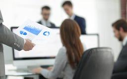 Бизнес-леди анализирует финансовые диаграммы на компьютере Стоковые Фотографии RF