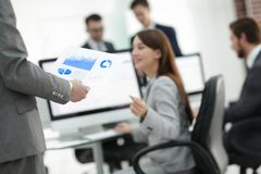 Бизнес-леди анализирует финансовые диаграммы на компьютере Стоковое Фото