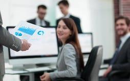 Бизнес-леди анализирует финансовые диаграммы на компьютере Стоковое Изображение
