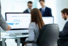 Бизнес-леди анализирует финансовые диаграммы на компьютере Стоковая Фотография RF