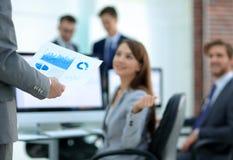 Бизнес-леди анализирует финансовые диаграммы на компьютере Стоковые Изображения