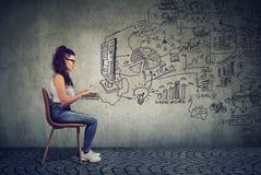 Бизнес-леди битника молодая работая в офисе на компьютере Стоковые Изображения