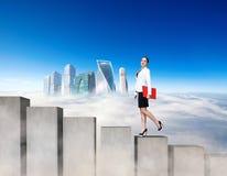 Бизнес-леди взбираясь конкретные блоки лестниц стоковая фотография