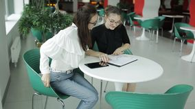 2 бизнес-леди в столовой для того чтобы обсудить вопросы дела видеоматериал