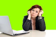 Бизнес-леди в стрессе на работе при компьютер вытягивая ее красные волосы изолированные на зеленом croma chroma экрана Стоковое Фото