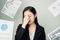 Бизнес-леди в черном костюме ход прочь много обработка документов и документы надутые накладные расходы показывать знаки стресса Стоковая Фотография RF