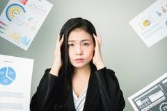 Бизнес-леди в черном костюме ход прочь много обработка документов и документы надутые накладные расходы Стоковые Изображения RF