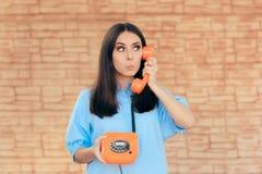 Бизнес-леди говоря на ретро телефоне стоковое изображение rf