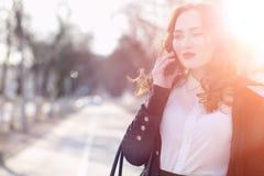 Бизнес-леди девушки весной на прогулке в пальто стоковая фотография rf