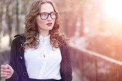 Бизнес-леди девушки весной на прогулке в пальто стоковые изображения