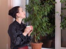 Бизнес-леди держа чашку чаю Стоковые Фотографии RF