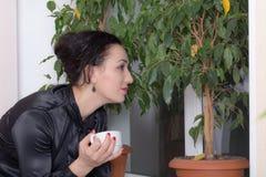 Бизнес-леди держа чашку чаю Стоковая Фотография RF