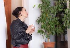 Бизнес-леди держа чашку Стоковое Изображение RF