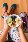 Бизнес-леди есть укусы Vegan закуски сырцовые Стоковая Фотография