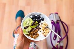 Бизнес-леди есть укусы Vegan закуски сырцовые Стоковое Изображение RF