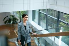 Бизнес-леди идя работать в портрете офиса Стоковая Фотография RF