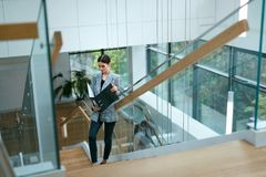 Бизнес-леди идя работать в портрете офиса Стоковое фото RF