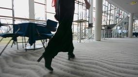 Бизнес-леди идя через офисное здание съемка steadicam сток-видео