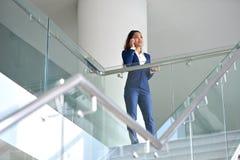 Бизнес-леди имея телефонный звонок стоковое изображение rf