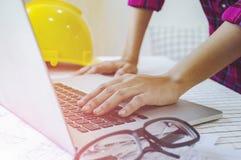 Бизнес-леди инженера смотря компьютер для constructi Стоковое фото RF